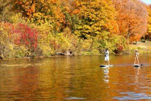 Paddle-gonflable-randonnée-sur-un-lac-en-automne