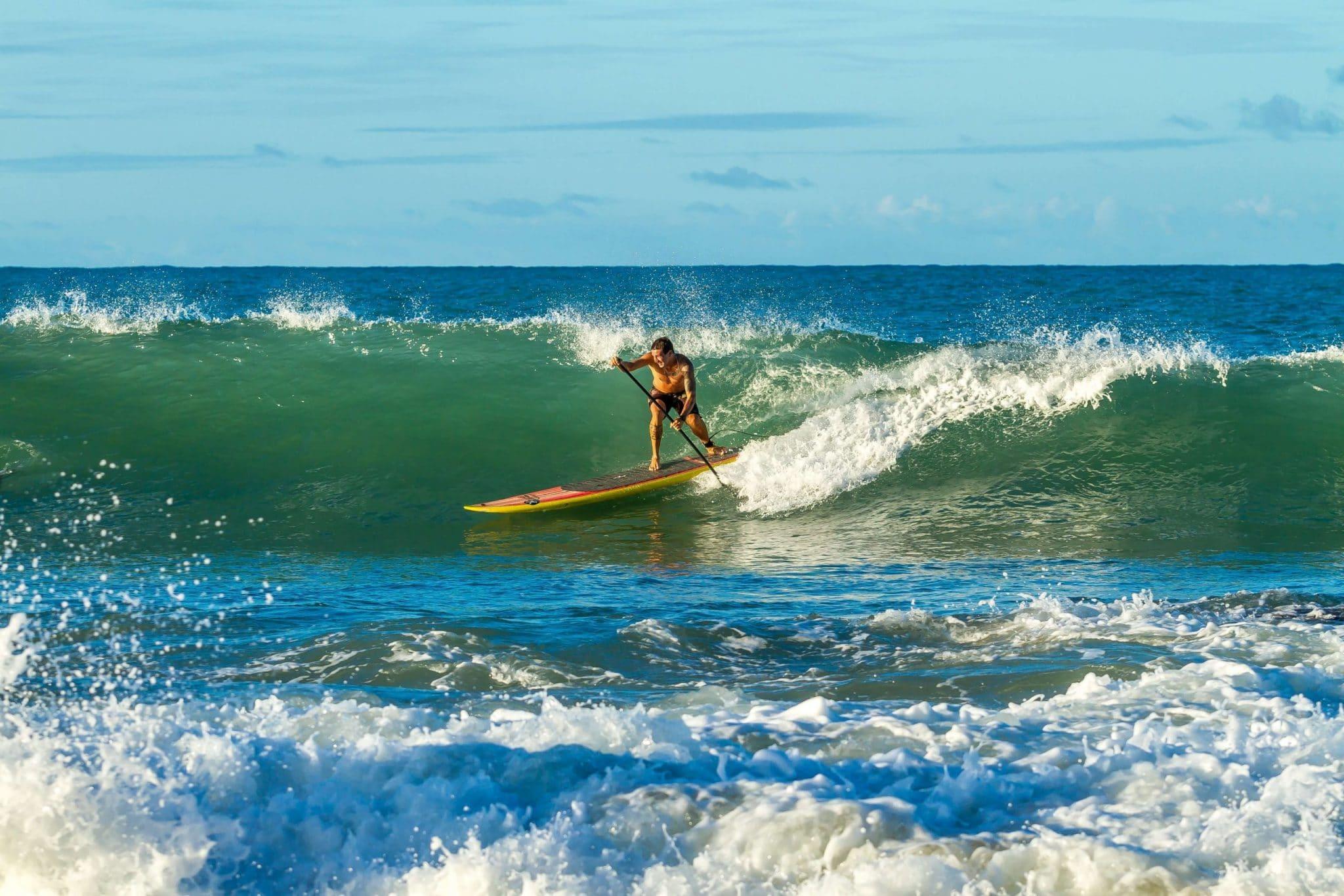 Homme-en-paddle-surf-sur-une-vague