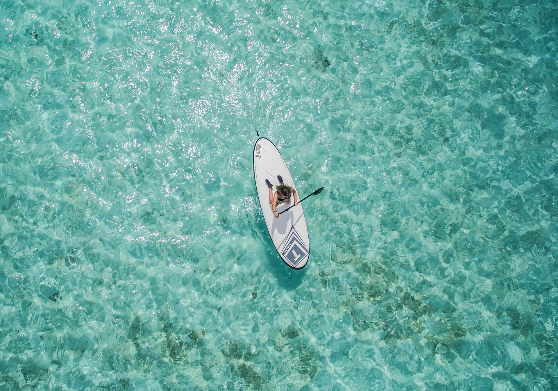 stand-up-paddle-sur-mer-turquoise