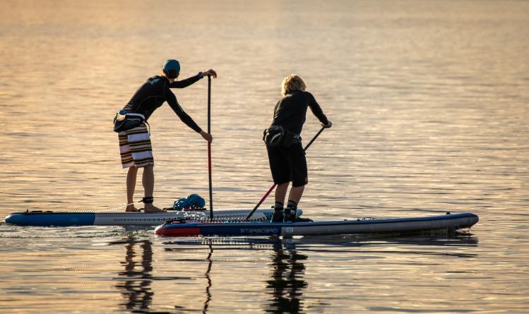 Homme femme paddle leash