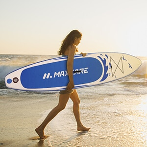 femme porte planche MaxKare sur la plage