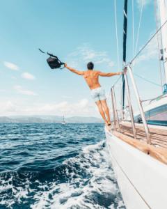 Homme tient sac a dos bateau