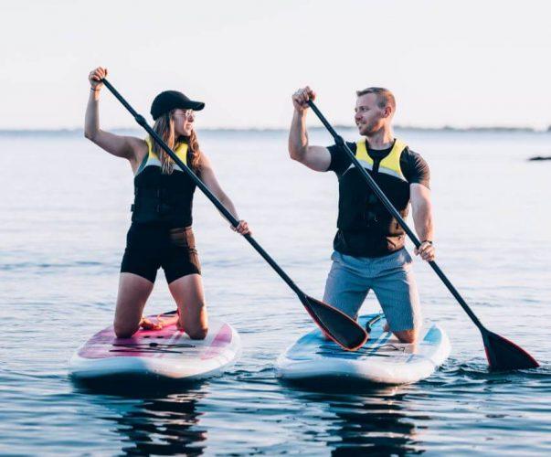 Homme femme se regardent sur paddle